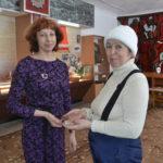 Сотрудник музея Крикау Л.В. принимает медаль из рук Татьяны Михайловны